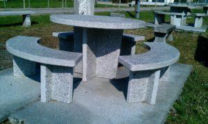 Granittisch rund aus Tessiner Gneis hell. Platzsparend in runder Form.