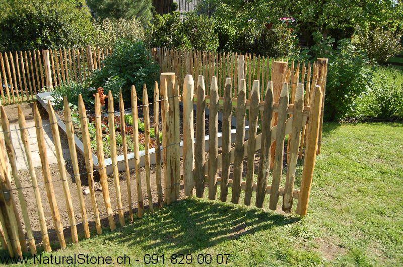 Staketenzaun aus Kastanienholz mit Toerli zum Eingrenzen und Ausgrenzen im Garten.