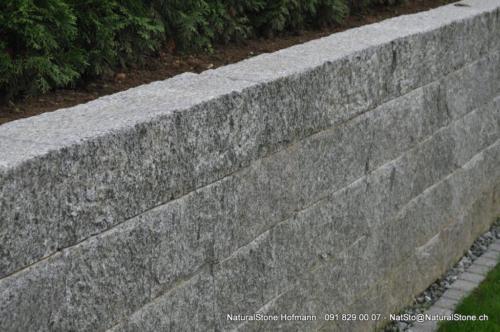 Mauerstein Tessinergneis hell Lego Oberste Reihe sicht grob handgespitzt