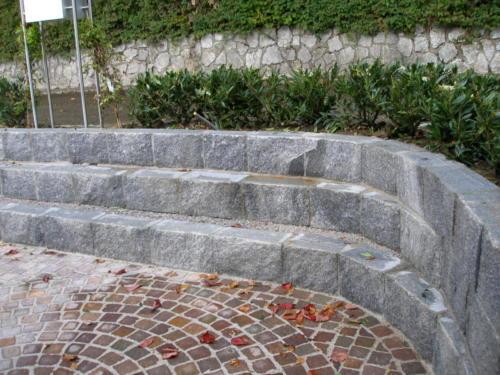 Mauersteine als Sitzgelegenheit.